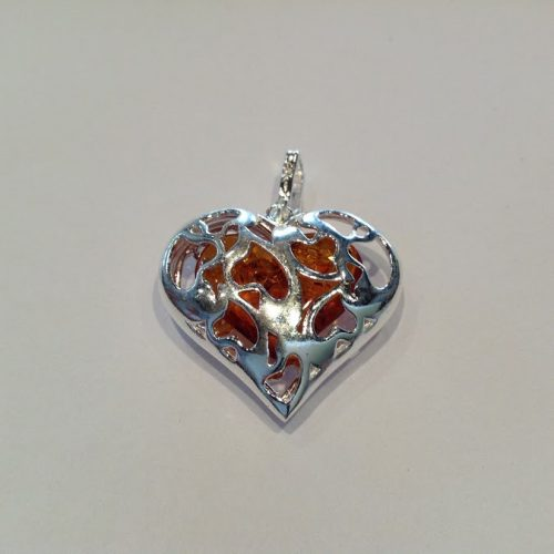 Borostyán köves ezüst medál – Szív vörös kövecskével