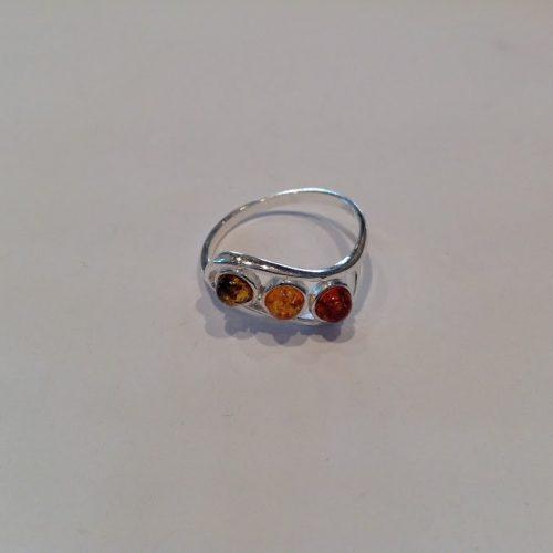 Borostyán köves ezüst gyűrű – Hárompontos