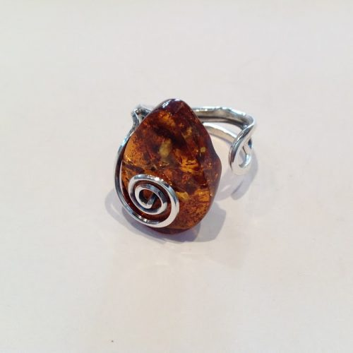 Borostyán köves ezüst gyűrű – Csigahullámos avar