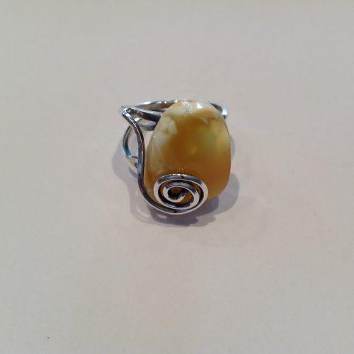 Borostyán köves ezüst gyűrű – Csigahullámos mézestej