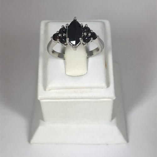 Gránát köves ezüst  gyűrű -Háromszög